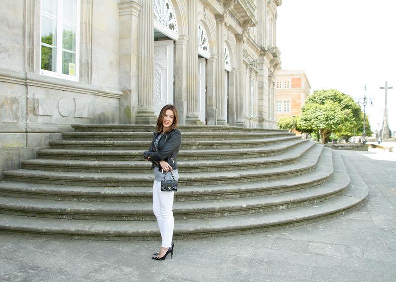 jeans blancos accesorios negros